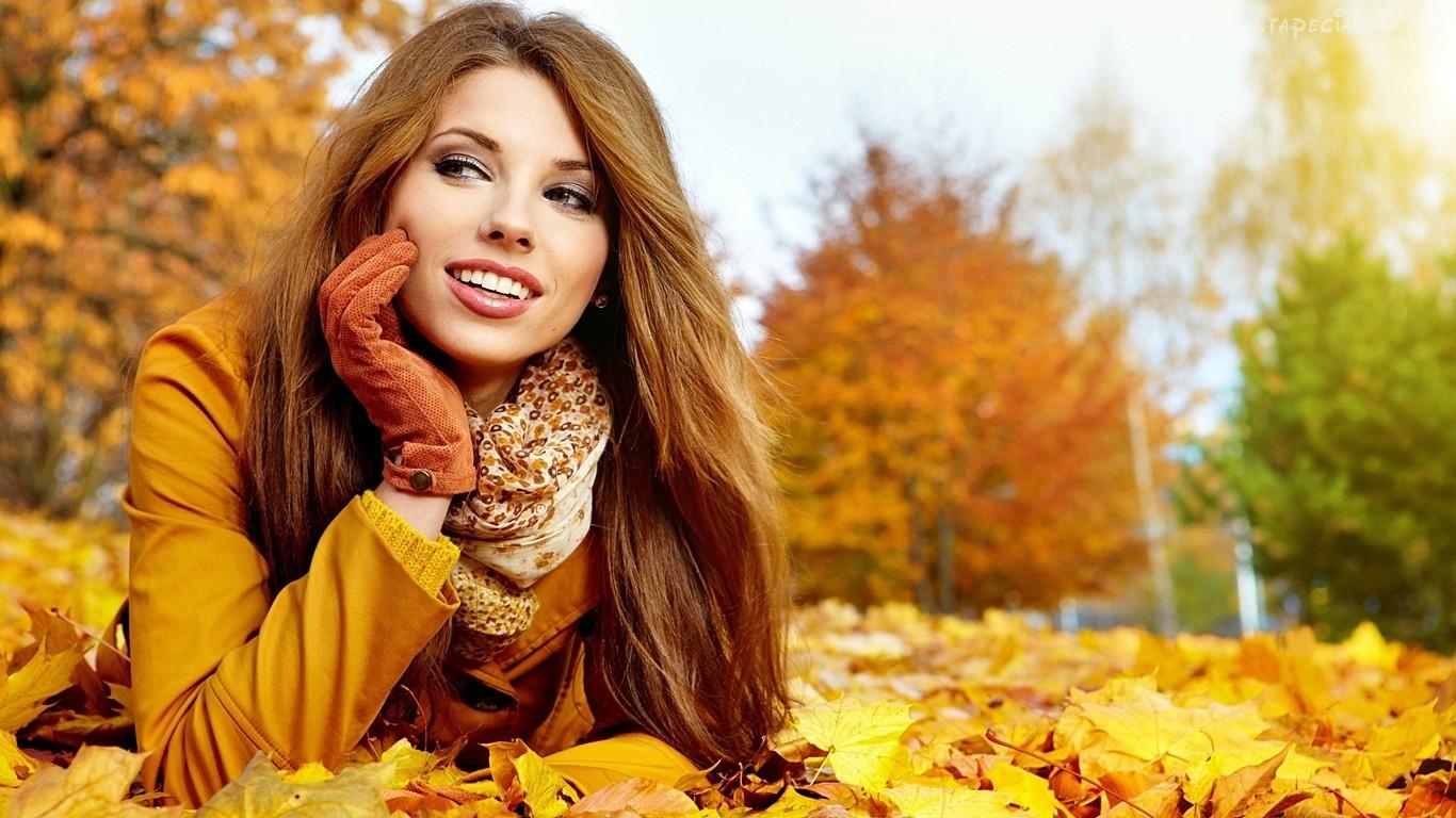 151847_jesien_kobieta_usmiech_zeschniete_liscie_drzewa