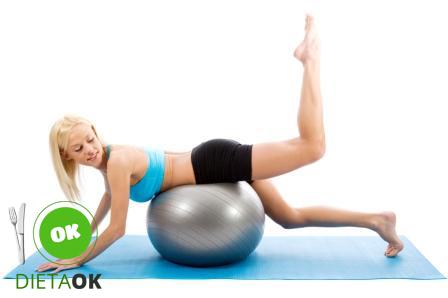 aluna_de_pilates_ball_em_cima_da_bola