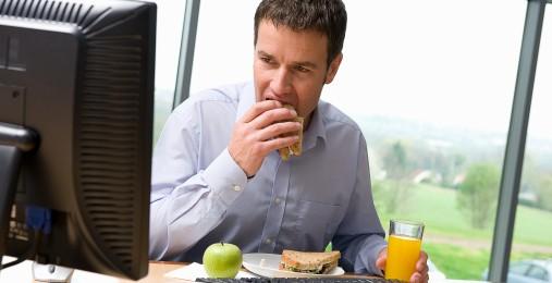 jedzenie przed komputerem