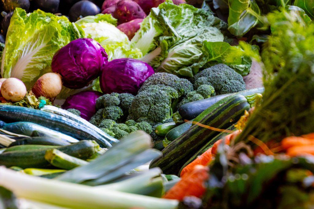 Świeże owoce i warzywa zimą – jak ro możliwe?